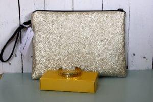 cadeau témoins fille pochette dorée les pochettes de Juliette Jonc personnalisable une moustache dans l'atelier